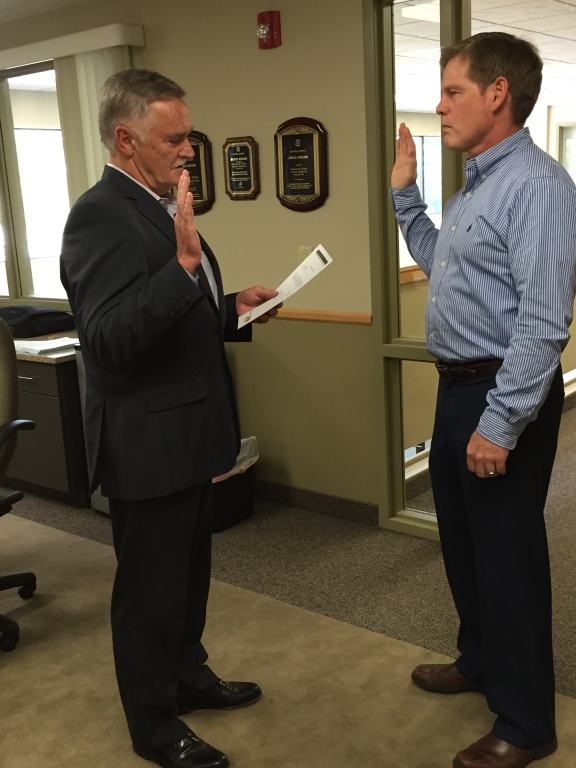 Vice Chair Bill Droste administers the Oath of Office to Burnsville Councilmember Dan Kealey at the June 29, 2016 Board meeting.